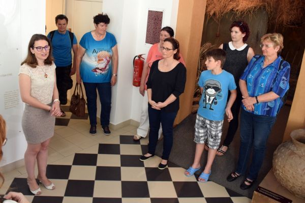 dd6101e1e4 mondta el a Tornyai János Múzeumban szombat délelőtt a vásárhelyi hímzés  világát bemutató tárlatvezetésén Terendi Viktória, a közgyűjtemény  néprajzkutatója.
